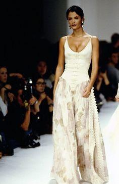 Helena Christensen / Valentino Runway Show S/S 1994 90s Fashion, Couture Fashion, Runway Fashion, High Fashion, Fashion Show, Fashion Dresses, Vintage Fashion, Fashion Looks, Fashion Design