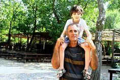 Passeggiare diverte... ma stanca! Emmanuel si riposa sulle spalle del suo papà Salvatore :) #bambini #famiglie #animali #disabilità #estate #oasisantalessio #FondazioneAriel