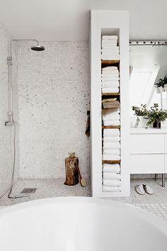 Idee voor de douche boven? Plek voor handdoeken metselen/betegelen