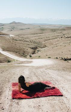 Vintage Berber rug in the desert Tapis berbère Vintage au désert d'Agafay #BerberRugs #BerberDesign #BerberLife #Desert #Landscape #lifestyle