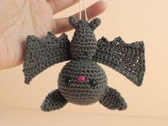 Free Lilo and Stitch Amigurumi Keychain Pattern - Ollie + Holly Crochet Bat, Crochet Animals, Single Crochet, Crochet Toys, Free Crochet, Halloween Crochet Patterns, Bat Pattern, Halloween Ornaments, Paintbox Yarn