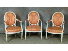 Suite de trois fauteuils cabriolet, en bois ; Suite de trois fauteuils cabriolet, en bois mouluré er relaqué à dossier médaillon, ils reposent sur des pieds fuselés et cannelés. J-B Lelarge (reçu maItre ébéniste Parisien en 1775-) Ep. Louis XVI H.89 cm, L.56 cm, Pr.50 cm