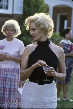 """American Horror Story"" star Jessica Lange is a two-time Oscar winner. In 1983 she was named Best Supporting Actress for ""Tootsie."" In she took home the Best Actress statuette for ""Blue Sky. Blond, Oscar Academy Awards, Cinema, Tommy Lee, Oscar Winners, Women Smoking, Meryl Streep, Hollywood Actor, Celebrity Babies"
