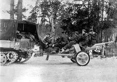https://flic.kr/p/Ym7p6e | Des artilleurs de la Waffen-SS se déplacent assis sur l'affut de leur canon. Le soldat le plus à gauche joue de l'accordéon
