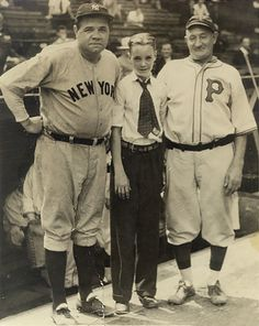 Quite possibly the luckiest kid of all time poses with two of the greatest baseball players of all time, Babe Ruth & Honus Wagner at Forbes Field. Babe Ruth, New York Yankees Baseball, Ny Yankees, Cardinals Baseball, Football, Dodgers, Equipo Milwaukee Brewers, Famous Baseball Players, Mlb Players