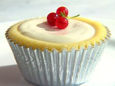Cheesecake Cupcakes with Sour Cream Topping (Martha Stewart). I would have to swap out the sour cream topping for chocolate ganache or dulce de leche. Sour Cream Cheesecake, Mini Cheesecake Recipes, Cheesecake Cupcakes, Mini Desserts, Cupcake Recipes, Just Desserts, Cupcake Cakes, Easter Desserts, Martha Stewart Recipes