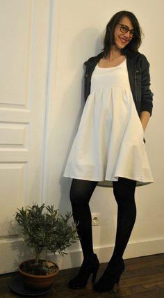 Association robe crème bas noirs