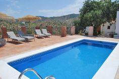 Casa El Algarrobo is een oude finca die volledig werd gerenoveerd tot een comfortabele Bed & Breakfast die vijf gastenkamers met en-suite badkamer telt. Elke kamer is voorzien van een eigen terras waar u 's morgens een uitgebreid ontbijt kan nemen terwijl u geniet van de prachtige uitzichten en de opkomende zon. Onze finca ligt verscholen tussen de heuvels van El Terral, in de regio Axarquia ten oosten van Malaga.
