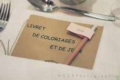 Les moineaux de la mariée: ♥ Charline & Alex (FR) ♥ - Vrai mariage - Pour les enfants : livrets de coloriage et pots de crayons de couleur sur les tables