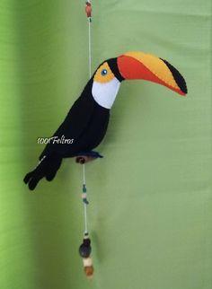 Dois móbiles, ou pingentes, como preferirem chamar, montados com aves confeccionadas em feltro.   Um com arara, com suas penas colorid...