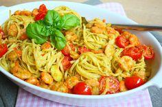 Met twee rijpe avocado's maak je binnen een handomdraai een heerlijke saus voor deze pasta met avocado en garnalen. Bekijk hier het recept.