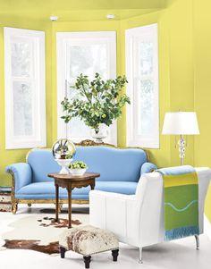 Luminoso y vibrante salón decorado en azul y amarillo.