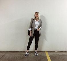 blazer xadrez, camisa branca, mom jeans preta, vans old skool.