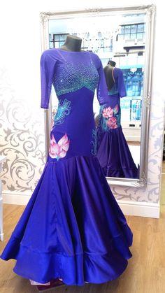 Stunning blue ballroom dress, I absolutely adore this! Latin Ballroom Dresses, Ballroom Costumes, Ballroom Dance Dresses, Ballroom Dancing, Latin Dresses, Dance Fashion, Ball Gown Dresses, Dance Outfits, Pretty Dresses