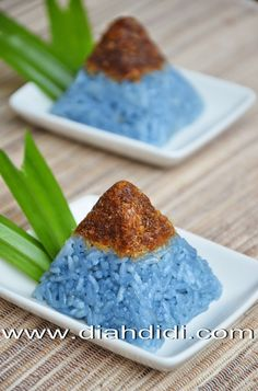 Diah Didi's Kitchen: Ketan Biru Bunga Telang Ku Yang Eksotis..^^ Asian Desserts, Sweet Desserts, Sweet Recipes, Delicious Desserts, Yummy Food, Thai Dessert, Food Garnishes, Edible Food, Weird Food