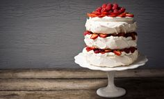 pavlova: a cake made from layers of meringue whipped cream and fresh berries Textured Wedding Cakes, Square Wedding Cakes, Unique Wedding Cakes, Wedding Cake Designs, Wedding Desserts, Cake Wedding, Cakes To Make, How To Make Cake, Bolo Pavlova