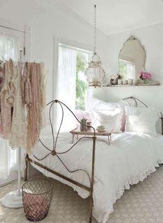 Camera bianca e rosa.