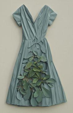Аквамариновое платье и листва
