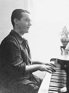 Lorca al piano en su casa de Granada