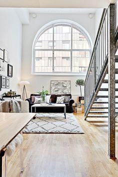 Fenêtre avec style. Esprit loft et escaliers avec une touche industrielle.