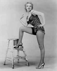 1956 / by Milton GREENE. Marilyn en justaucorps pour des photos p. Marilyn Monroe Smoking, Marilyn Monroe Fotos, Vintage Hollywood, Hollywood Glamour, Grace Kelly, Portrait Studio, Cinema Tv, Tony Curtis, Joe Dimaggio