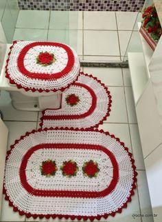Jogo de tapetes para banheiro em crochê confeccionado com barbante 4/6. Este jogo faz parte de uma encomenda e a cliente pediu combinando com o tapete oval vermelho.  Materiais utilizados:  03 - Cones de barbante branco 4/6 EuroRoma 700g 01 - Cone de barbante vermelho 4/6 Piratininga700g Barbante verde barroco na cor verde [...]