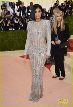 As much as aI don't like the Kardashians... they do know how to dress to their shape. This looks really good on her! Kylie Jenner Met Gala 2016