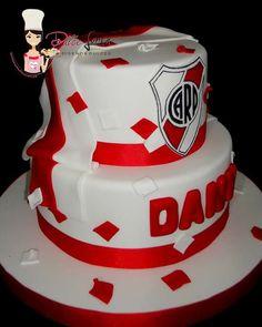 #dulceloren #riverplate #bandera #escudo #futbol #torta Soccer Cake, Ale, Birthday Cake, Cupcakes, Plates, Candy, Roman, Desserts, Kids