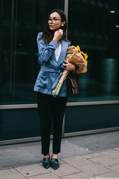 I always loved mixing up classics with some slouchy silhouettes. So when I saw this pyjama blazer at H&M, I knew exactly how I am going to wear it. Walking
