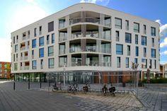 Fietsparkeren in woonzorgwijk Multi Story Building, Modern