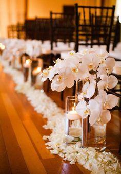 Orquídeas y velas hacia el altar