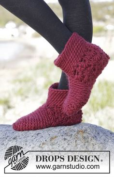 Crochet DROPS slippers with star pattern and slip stitches in Polaris. Free pattern by DROPS Design.