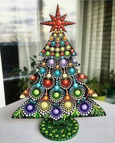 Rock Painting Patterns, Dot Art Painting, Rock Painting Designs, Mandala Painting, Christmas Arts And Crafts, Christmas Rock, Painted Christmas Ornaments, Holiday Crafts, Mandala Dots