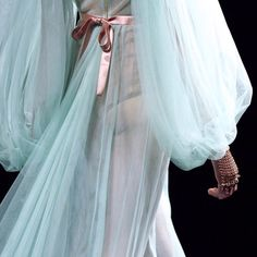 Gucci at Milan Fashion Week Fall 2016 - Details Runway Photos Fashion Details, Love Fashion, High Fashion, Fashion Show, Fashion Design, Gucci Fashion, Runway Fashion, Womens Fashion, Fashion Trends