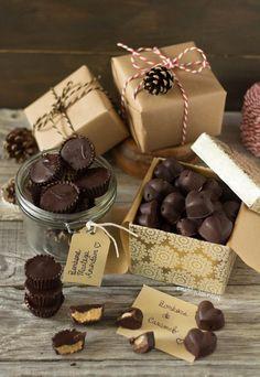 Bombons recheados com 2 sabores diferentes: Caramelo-avelã e manteiga de amendoim. 2 sugestões deliciosas e perfeitas para oferecer no natal.