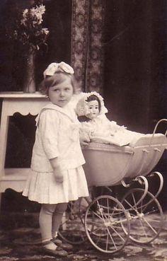 New Print Vintage Portraits Children Dolls Photograph x Vintage Children Photos, Vintage Pictures, Vintage Images, Antique Photos, Vintage Photographs, Old Photos, Vintage Abbildungen, Vintage Girls, Vintage Illustration