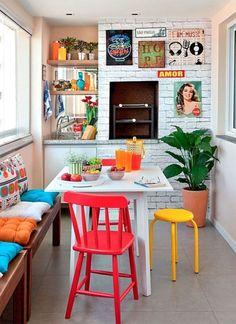 Inspirações e Dicas de Decoração De Churrasqueira - Decoração de Churrasqueira - Churrasqueiras Decoradas - Área Gourmet - Varanda Gourmet - Área Externa com Churrasqueira - #BlogDecostore - Cadeiras Coloridas - Bancada de Madeira - Tijolo Aparente