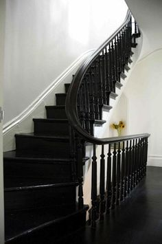 10 Elegant Stairs from the Remodelista Architect/Designer Directory – Remodelista Refinished glossy black painted stair by Elizabeth Roberts, Remodelista. And I would like the house that goes with it. Black Painted Stairs, Black Staircase, Staircase Ideas, Winding Staircase, Grand Staircase, Staircase Design, Black Banister, House Staircase, Wood Staircase