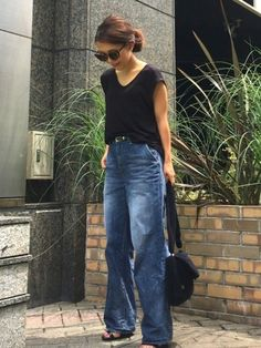 Wide legged jeans with black top Japan Fashion, Work Fashion, Denim Fashion, Fashion Looks, Fashion Outfits, Womens Fashion, Fashion Design, Black Tees, Cardigan Blazer