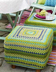 Sæt lidt kulør på dit hjem med en flot hæklet fodskammel i grønlige sommerfarver.