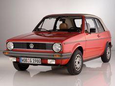 La légendaire Volkswagen Golf a toujours conjugué sa carrière avec une version cabriolet. Développé par le spécialiste Karmann dès 1976, la compacte allemande propose alors un look inédit mais qui séduira bon nombre d'automobilistes.