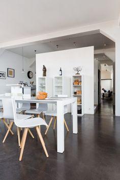 Unser Bramante ausziehbare Esstisch in Weiß in Kombination mit den Devlin Stühlen in Weiß. | Made Unboxed
