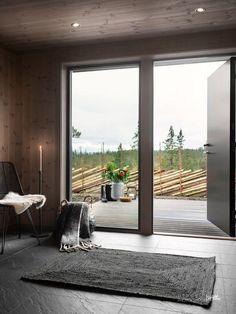 Snøhetta er et resultat av mye erfaring med kunders ønsker og behov.  Planmessig er den i slekt med Skarvetind og Blåfjell og har en tydelig soneoppdeling, rikelig med sitteplasser og det viktige flerbruksrommet for yttertøy, tørking og lagring ved inngangen. Sengeplassene er fordelt på soveavdelingen og annekset, som gir fritidsboligen egen dimensjon. Chalet Interior, Cabana, Farmhouse, Windows, Home Decor, Modern Wood House, Decoration Home, Room Decor, Cabanas