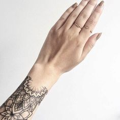 Repost from @sophievandaniels ________________________ #rachainsworth #tattoo #wristtattoo #bracelettattoo #mehnditattoo #linetattoo