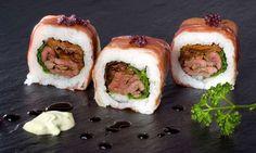 Rollito de sushi relleno de arroz, solomillo de kobe o buey y tomate seco.