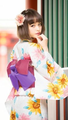 Yukata are light weight cotton summer kimono. They can be easily turned into summer dresses by either removing or altering the sleeves and/or raising the hemline Japanese Yukata, Japanese Outfits, Japanese Girl, Japanese Style, Japanese Beauty, Asian Beauty, Cute Kimonos, Yukata Kimono, Summer Kimono