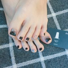 Semi-permanent varnish, false nails, patches: which manicure to choose? - My Nails Pretty Toe Nails, Pretty Toes, Love Nails, My Nails, Feet Nail Design, Toe Nail Designs, Korean Nail Art, Minimalist Nails, Feet Nails