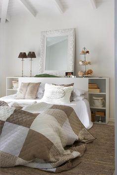 Ikea bed met mooie accessoires in natuurtinten.