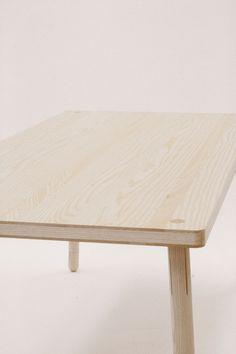 Auf den ersten Blick ist Kompagnon ein schlichter, moderner Esstisch aus Esche, der sich gut mit anderen Möbeln kombinieren lässt. Aber das ist längst nicht alles. Nils Oertel hat ein spezielles St…