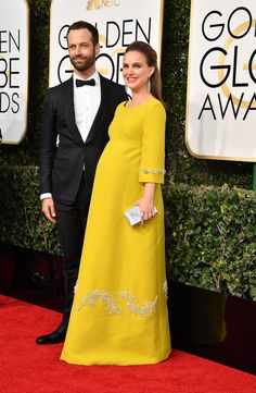 Benjamin Millepied & Natalie Portman from 2017 Golden Globes: Red Carpet Couples What a gorgeous pair! The couple is all smiles on the actress' special evening. Celebrity Maternity Style, Celebrity Couples, Celebrity Style, Maternity Gowns, Maternity Fashion, Natalie Portman Golden Globes, Golden Globe Awards 2017, Dresses For Pregnant Women, Pregnant Celebrities
